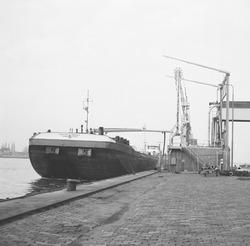 Schip aan de laad- en losinstallatie bij de Nederlandse Stikstof...