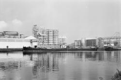 Binnenvaartschepen, waarschijnlijk aan Zijkanaal E te Sas van Gent.