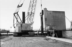 Werkzaamheden aan een kade in de Zevenaarhaven door bouwbedrijf Geka.