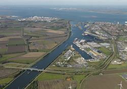 Luchtfoto kanaalhavens Terneuzen, Zevenaarhaven, Massagoedhaven.