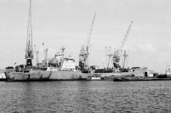 Zeeschip en binnenvaartschepen aan de kade van de Zevenaarhaven. Op de...