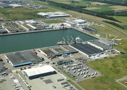 Zicht op de Bijleveldhaven met onder andere de terminal van...