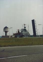 Zeeschip in de zeesluis bij Terneuzen.
