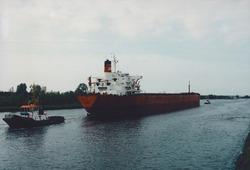 Kanaal van Gent naar Terneuzen, zeeschip met sleepboten.