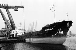 Het lossen van een zeeschip met drijvende kraan van Ovet in de...