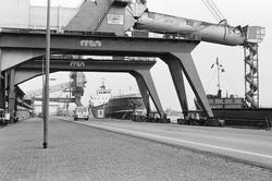 Zicht op de laadinstallaties van de Nederlandse Stikstof Maatschappij...