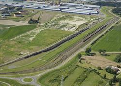 Spoorbundel aan de Europaweg-Oost. Op de achtergrond de loodsen van...