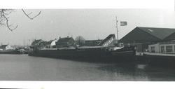 Laden van een binnenvaartschip vanuit een vrachtwagen aan de Axelse...