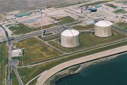 Luchtfoto opslagtanks van Dow Chemical op de Mosselbanken.