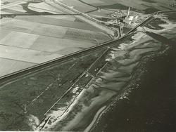 Luchtfoto Kalootstrand met op de achtergrond de kerncentrale in...