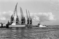 Zeeschepen aan de kade van de Zevenaarhaven bij Aug. de Meyer. Op de...