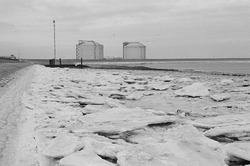 IJsschotsen in de Braakmanhaven tijdens de strenge winter van 1985. Op...