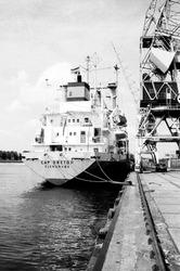 Zeeschip Cap Breton aan de kade van de Zevenaarhaven. Op de kade een...