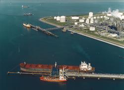 Luchtfoto schepen aan steiger in de Braakmanhaven voor Dow Chemical.