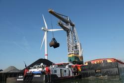 Laden van binnenvaartschepen bij Ovet in de Kaloothaven.