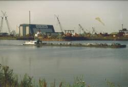 Binnenvaartschip in de Van Cittershaven nabij Heerema.