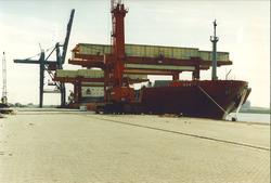 Zeeschip met open dek aan de Sloekade.