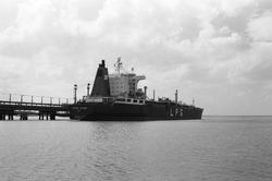 Zeeschip (LPG tanker) Golar Frost aan de steiger bij Dow Chemical in...