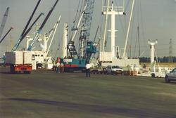 Lossen van schepen aan de kade van de Bijleveldhaven.
