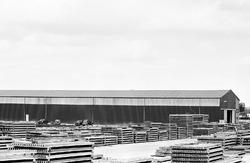 Opslag van betonelementen bij bouwmaterialenhandel De Hoop aan de...