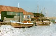 Enkele schepen bij de werf van Duivendijk in het ijs.