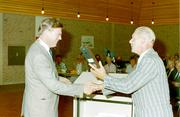Burgemeester Van der Munnik neemt het een en ander in ontvangst