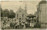 Markt, RK Kerk met schoolklas.