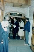 Rooseveltgroep uit Amerika bezoekt kerk, Curtus Roosevelt verlaat de kerk en lin…