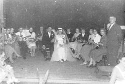 Huwelijksfeest van Dirk Duivendijk en Lein Cornelissen. Links leden van de mando…