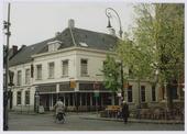 Kruising Nieuwlandstraat/Stationsstraat met de Tuinstraat/Korte Schijfstraat. Op de hoek het pand Nieuwlandstraat 1, café Langeboom. Vanaf 1916 woonde in dit pand timmerman Bernard       Victor van Dongen. In de jaren 1951-1966 E. Moses, daarna tot juni 1972 diens weduwe Mozes-Toma. Zij hadden er een drogisterij. In 1973 zat in het pand het Jongeren Advies Centrum. Rechts op de       hoek een van de fraaie Jugendstil-straatlantaarns, die vroeger overal in de binnenstad stonden.