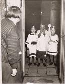 Driekoningen. Foto 1930 op drie koningenavond gaan kinderen te Tilburg met verlichtte lampions of uitgeholde pronkappels langs de deuren onder het zingen van toepasselijke oude       deuntjes. Foto: hier zo'n drietal waarbij de rechtse een verlichting draagt. de linkse zanger heeft een tas bij zich, waarin het snoep of geld dat de kinderen krijgen wordt opgeborgen en dat       thuis wordt verdeeld.