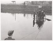 Tweede Wereldoorlog. Vernielingen. Schotse militairen ondersteunen een provisorisch pontje over het Wilhelminakanaal, hier waarschijnlijk bij Oirschot