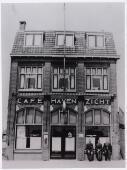 Café Havenzicht aan de Piushaven 22. Het pand werd ontworpen door architect Ide Bloem uit de Telefoonstraat en gebouwd in opdracht van A.W.M. Roestenberg, scheepsbevrachter van       beroep. De bouwvergunning werd afgegeven op 15 april 1924. De eigenaar liet in 1932 een zaaltje bouwen achter het café. In 1956 was het pand eigendom van N.V. Bierbrouwerij