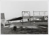 Spoorwegen, Goederenemplacement, N.S.: Het goederenemplacement aan de Spoorlaan met een aantal bestelauto´s ( merk Commer ) van de firma van Gend & Loos. Op de voorgrond een       laad inspectie- portaal voor het bepalen van de maximum laad hoogte bij open transporten omstreeks 1959.