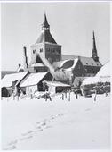 Achterzijde van de Goirkese kerk in 1949. Het godshuis werd gebouwd tussen 1835 en 1839 in neo-gotische stijl, naar een ontwerp van architect H. Essens uit Oirschot. Het voorste       torentje is inmiddels verdwenen