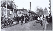 Spoorwegovergang Heuvel - Koestraat in 1933. Links de voetgangersbrug