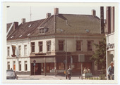 Kruising Nieuwlandstraat, Tuinstraat, Korte Schijfstraat, Noordstraat en Stationsstraat anno 1970. In het midden het Jongeren Advies Centrum (JAC) en rechts, in de Stationsstraat,       automatiek Piccadilly