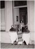 Driekoningen zingen bij familie van Delft Spoorlaan 106.