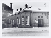 Spoorwegen, Centrale Werkplaats, Atelier, NS.: De voetgangers ingang van de werkplaats met portiersloge aan de Koestraat in 1939.