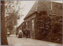 Koog aan de Zaan Hoogstraat Rechts zien we na het hekje de apotheek van Harmsen …