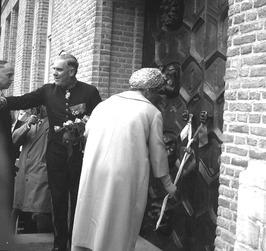 opening Provinciale Griffie door Koningin Juliana; bij de ingang trok zij aan ee…