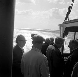 werkbezoek van kamerleden aan de bouw van de Oosterscheldebrug, links PZC hoofdr…