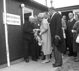 bezoek koningin Juliana in het kader van de afsluiting van het Veersegat. Links …