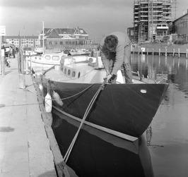 zeilboot; op de achtergrond nieuwebouw van de Vitrite