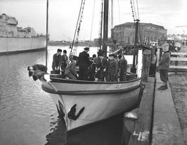 varende schippersschool, op de achtergrond het arsenaal