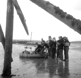 leerlingen Outward Boundschool oefenen met opblaasboot