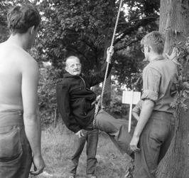 leerlingen Outward Boundschool krijgen boomklim instructie