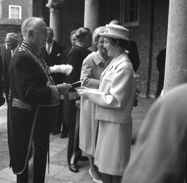bezoek van Koningin Juliana t.g.v. opening Provinciale Griffie; bij ingang Nieuw…