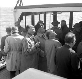 werkbezoek van kamerleden aan de bouw van de Oosterscheldebrug