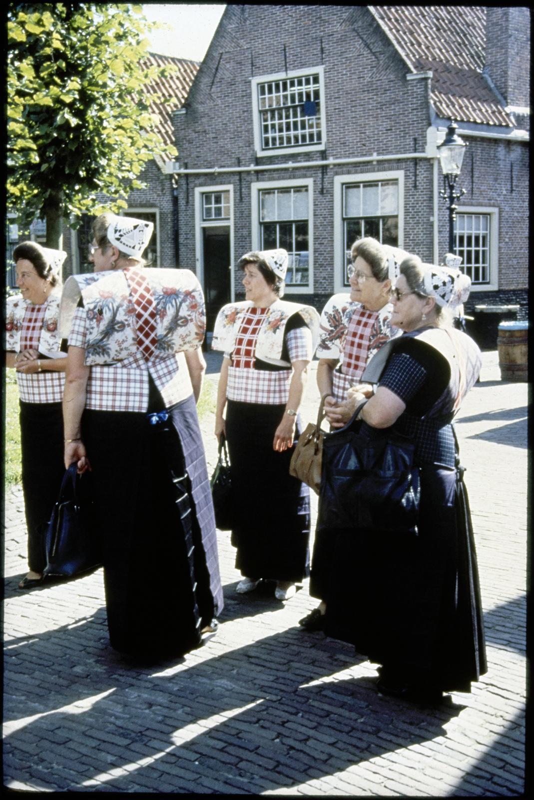 Straatbeeld met vrouwen in klederdracht. Zuiderzeedagen, Spakenburg.